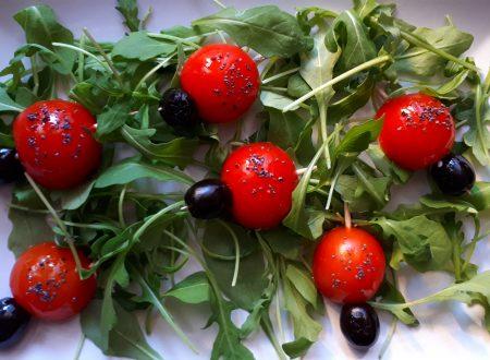 Coccinelle di pomodorini ciliegino e olive nere
