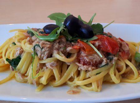 Linguine con tonno, rucola, pomodorini e olive nere