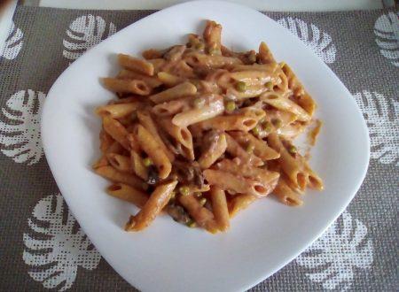 Penne al forno alla mangiona con pancetta, funghi e piselli
