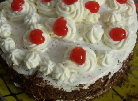 Torta al cioccolato con panna e ciliegie