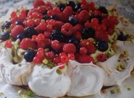 Meringata con crema al pistacchio e frutti di bosco