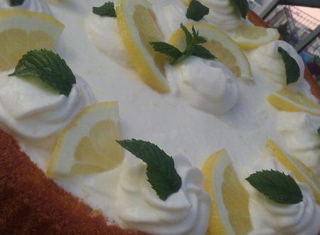 Cake al limone con panna al limone e limoncello