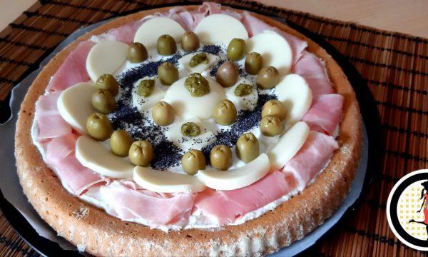 Crostata salata al pesto con prosciutto e formaggio