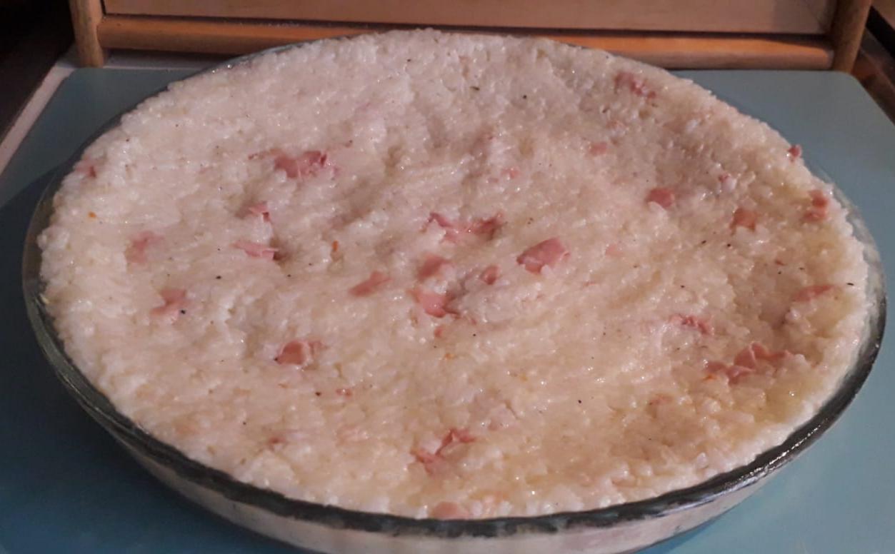 Pizza di riso con mortadella e mozzarella