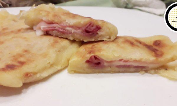 Mezzelune di patate con prosciutto e formaggio