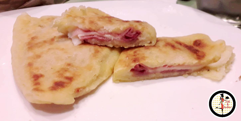 Mezzeluna di patate con prosciutto e formaggio