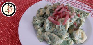 Tortelloni con crema di latte e spinaci e pancetta croccante