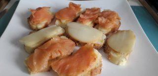 Crostini di pane con salmone e scamorza