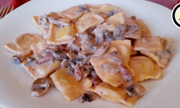 Ravioli con funghi e pancetta – Ricetta veloce