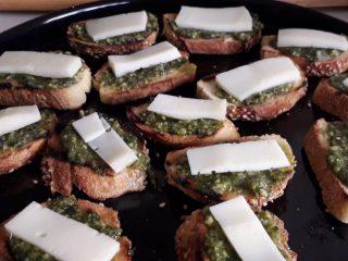 Crostini di pane con pesto e scamorza