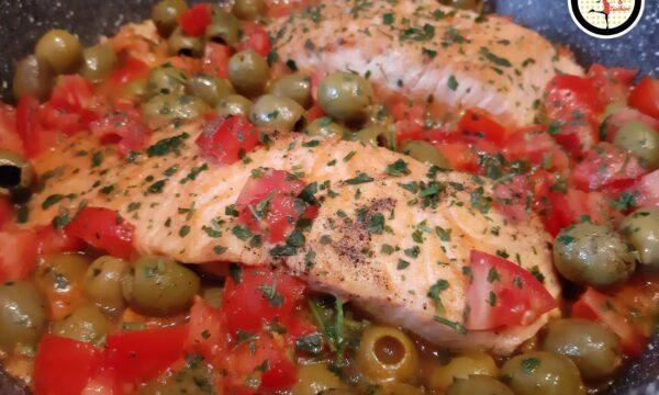 Salmone con pomodoro e olive bianche in padella