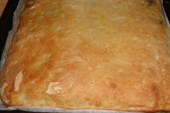 Focaccia con scarola, salsiccia pinoli e olive