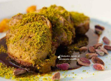 Ricette antiche siciliane | Filetto di  maialino in crosta di pistacchio  e salsa al cacao amaro