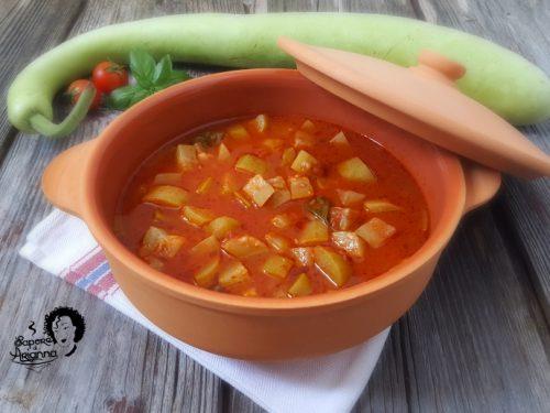 Zucchina lunga in umido con pomodoro