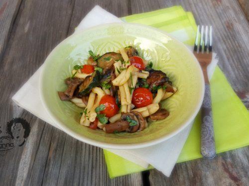 Pasta con zucchine, funghi e pomodorini