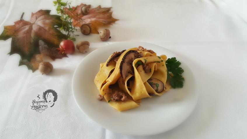 Pappardelle ai funghi porcini e salsiccia, senza panna.