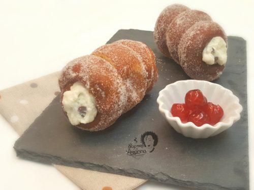 Cartocci Siciliani o Manicotti, con crema di ricotta.
