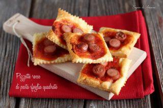 pizzette rosse di pasta sfoglia quadrate
