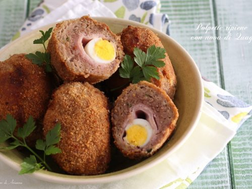 Polpette ripiene con uova di quaglia, prosciutto e formaggio