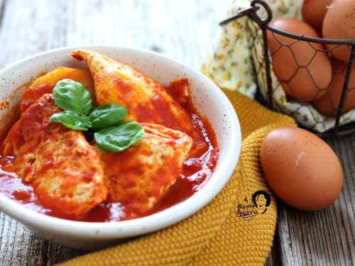 Uova fritte con sugo di pomodoro