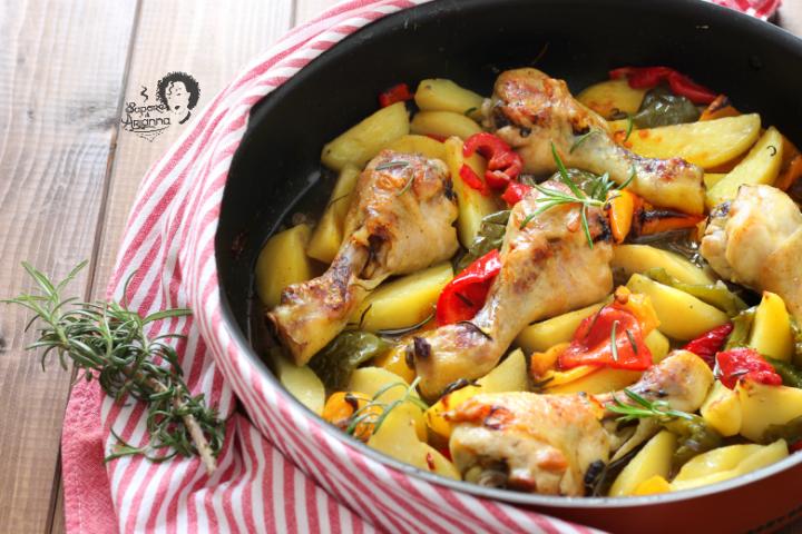 cosce di pollo al forno con patate e peperoni tutto insieme a crudo