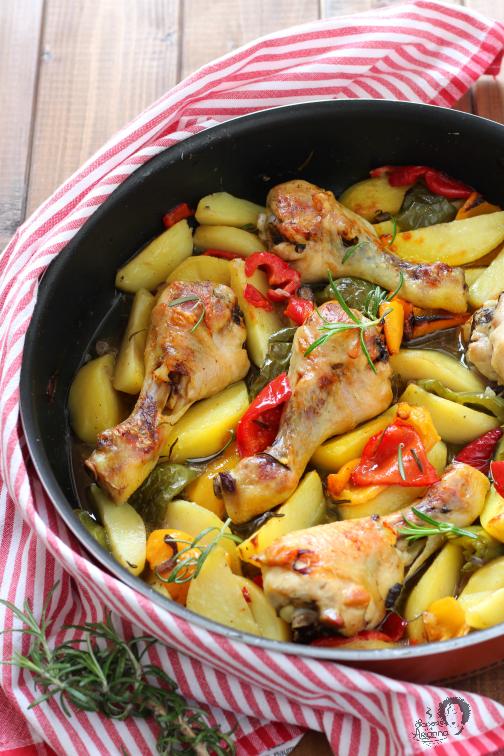 cosce di pollo al frno con patate e peperoni tutto insieme a crudo