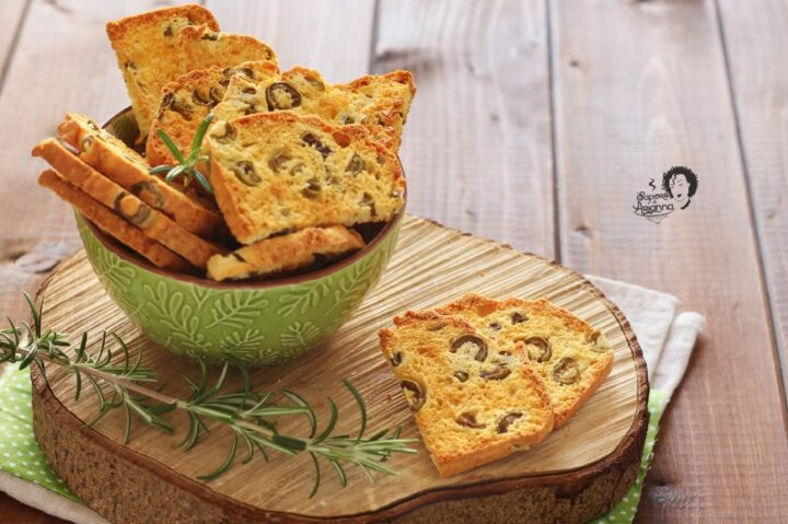 biscotti alle olive e origano