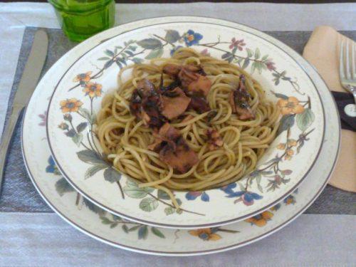 Spaghetti al nero di seppia e pomodoro