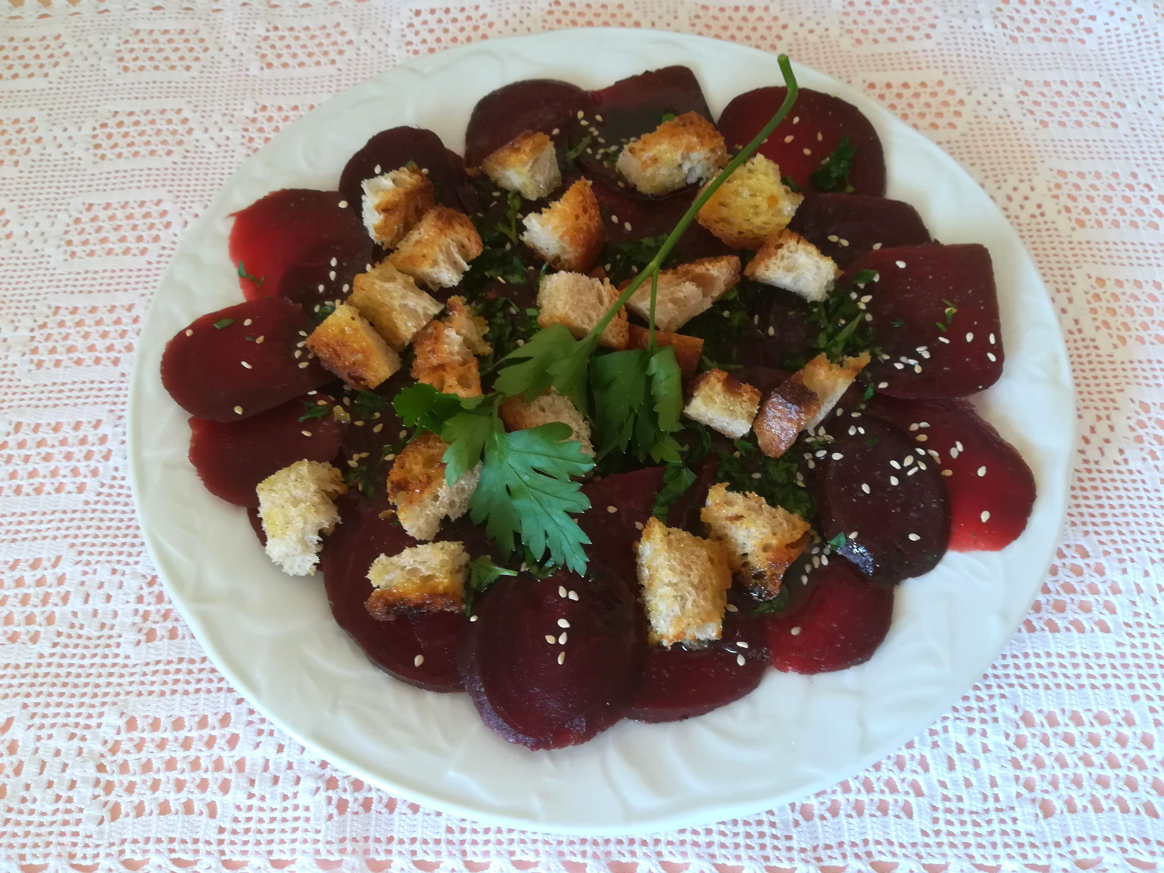 Carpaccio di barbabietola con crostini ed erbette aromatiche