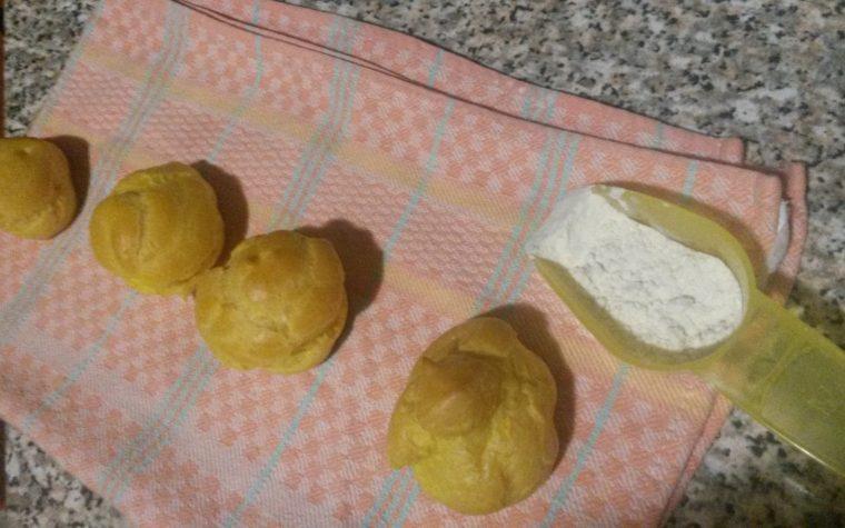 Bignè di pasta choux con il baby meal