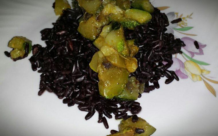 Riso Venere con zucchine e curry