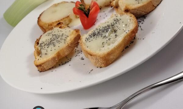 Crostone con crema di porri e semi di papavero