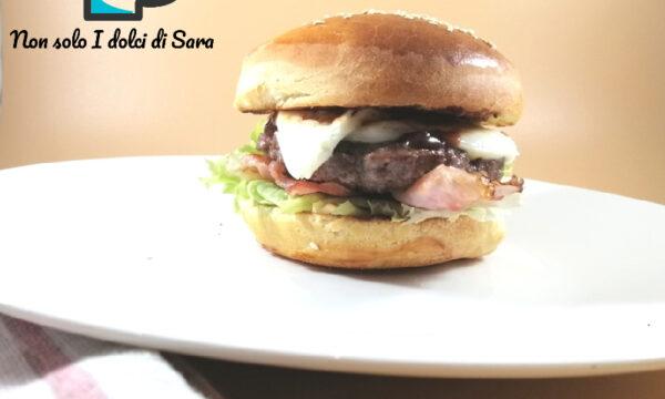 """Hamburger """"ricco"""" Con speck croccante formaggio, salsa barbecue, Insalata, maionese e cipolle caramellate"""