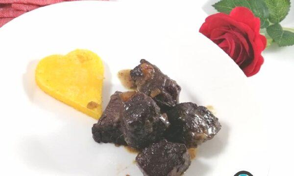 Bocconcini di manzo brasati al rosso con cuore di polenta grigliata