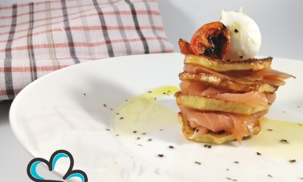 Patate croccanti con salmone, bocconcino di bufala e pomodorini confit