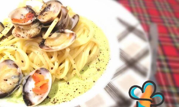 Spaghetti con vongole, spuma di asparagi e polvere di pachino