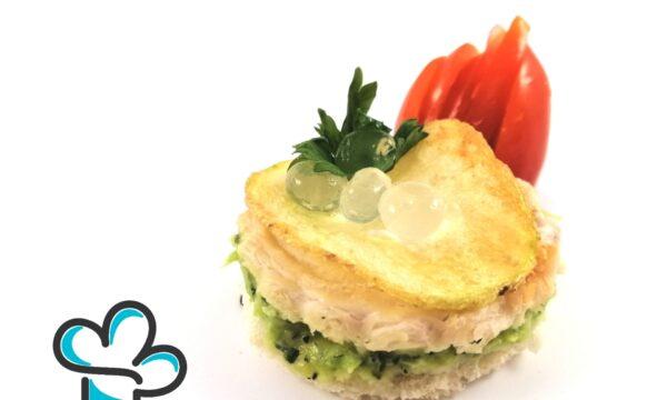 Sfoglia di pane croccante con spuma di zucchine, pollo affumicato, chips di patata, perle al prosecco e prezzemolo fritto.