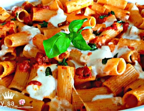 Rigatoni al forno con sugo di olive e mozzarella