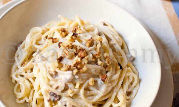 Spaghetti cremosi con granella di noci e nocciole