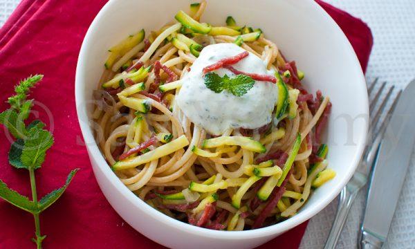 Spaghetti integrali allo yogurth con zucchina e bresaola