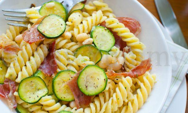 Pasta alla crema di cannellini e zucchine con prosciutto croccante