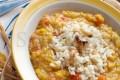 Zuppa esotica di lenticchie rosse con riso