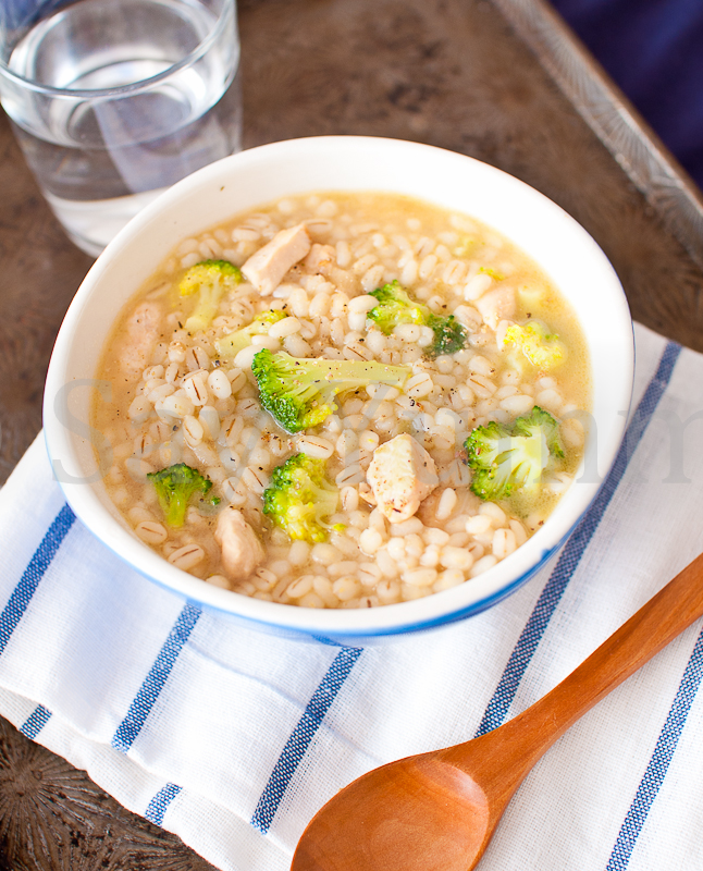 Zuppa di orzo con pollo e broccoli