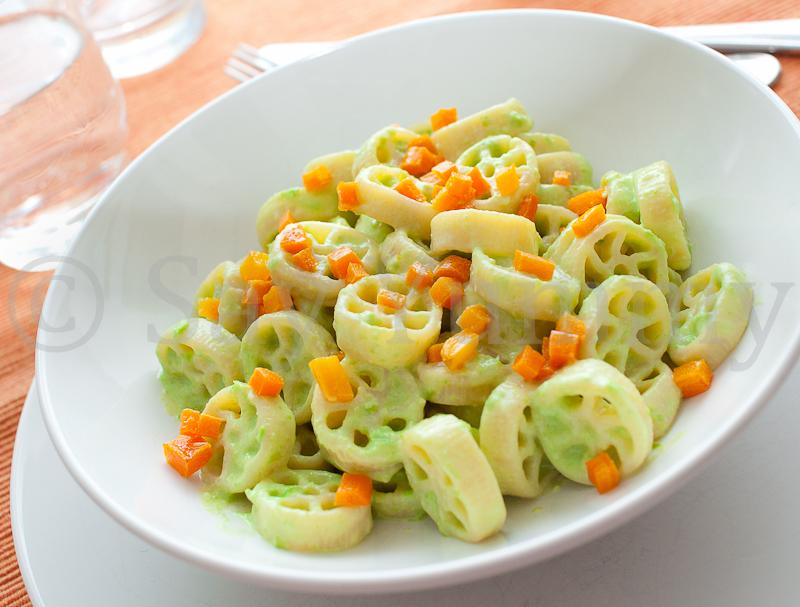 Pasta con crema di piselli e carote