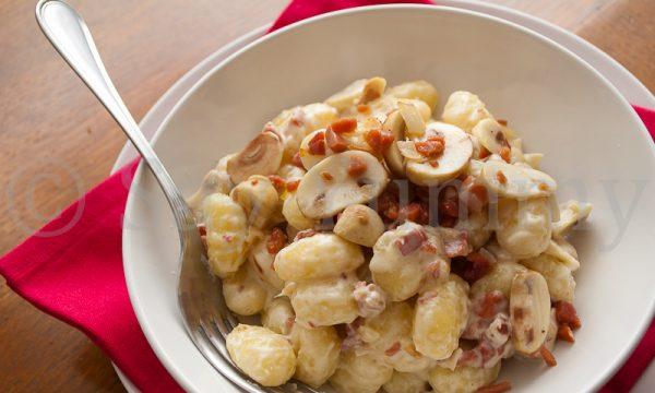 Gnocchi  con champignon e prosciutto