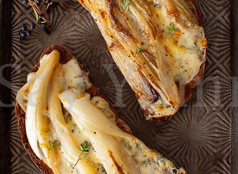 Crostini di belga al gorgonzola
