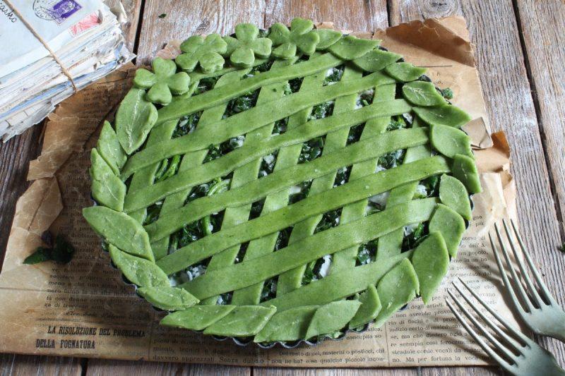 Crostata rustica di spinaci e uvetta, verde e scenografica….