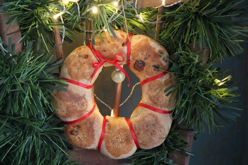 Corona di pane farcita ai salumi, centrotavola delle feste…