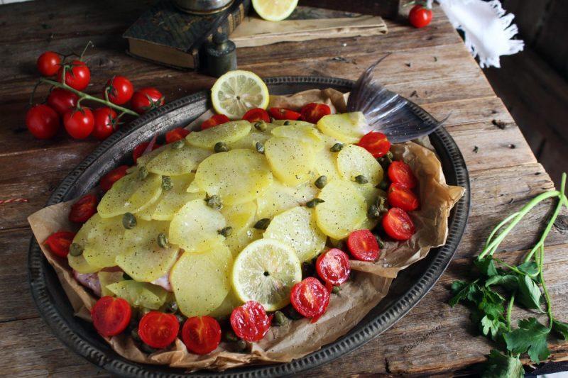 Pesce balestra o pesce porco in crosta di patate e pomodorini
