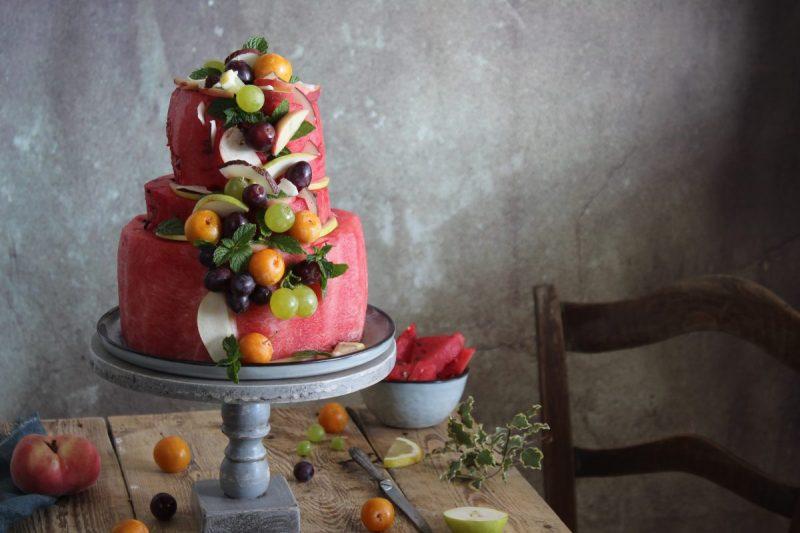 Anguria cake o torta di anguria, frutta fresca e scaglie di cocco…